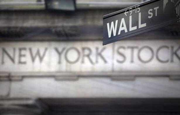 Imagen de archivo de una señal de Wall Street frente a la Bolsa de Nueva York, EEUU. 28 octubre 2013. REUTERS/Carlo Allegri