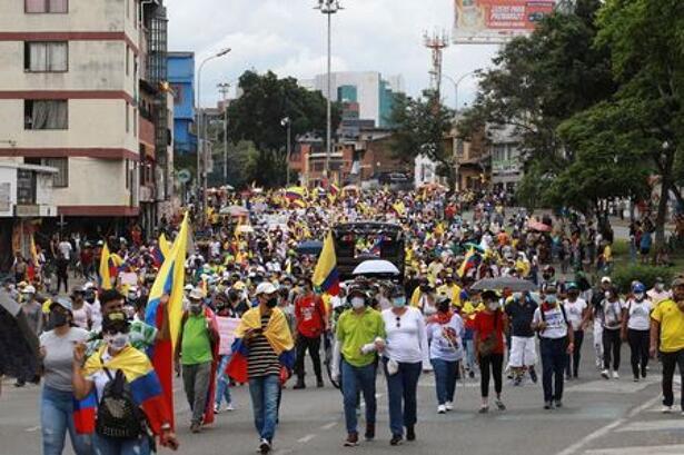 Manifestantes salen a las calles en protestas antigubernamentales exigiendo el fin de la violencia policial, apoyo económico y el retiro de una reforma de salud, en Cali, Colombia