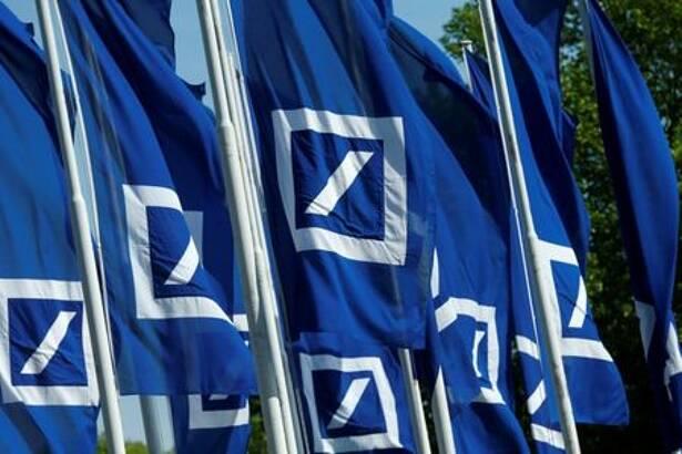 Fahnen mit dem Logo der Deutschen Bank vor der