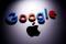 Ein 3D-gedrucktes Google-Logo auf einem Apple Macbook, 12. April