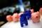 Styropor-Bullen- und Schweinefiguren auf einem Tresen auf dem Börsenparkett