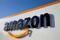 Das Logo von Amazon im Logistikzentrum des Unternehmens in
