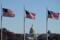Das US-Kapitol unter wehenden Flaggen auf der National Mall